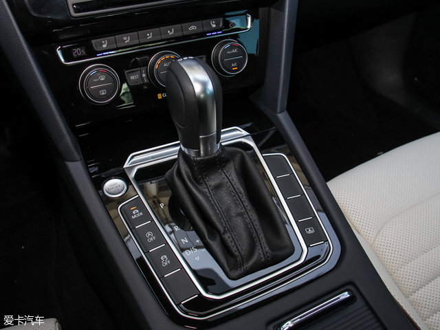传动部分,与1.4TSI发动机匹配的是型号为DQ200的7速干式双离合变速箱,与1.8TSI及2.0TSI发动机匹配的则是型号为DQ380的7速湿式双离合变速箱。此外,电子手刹+Auto Hold自动驻车、发动机启/停系统及能量回收系统也全系配备在全新迈腾车型上。