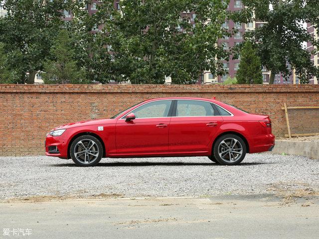 侧面来看,新车将外后视镜从三角窗处移至车门上,为驾驶员提供了更安全的侧方视野,同时动感的造型也为降低风阻做了很大贡献。轮圈方面,全新A4L采用新造型五辐式铝合金运动轮圈,而轮圈的造型直接影响到侧面给人的第一印象。新车车门把手由老款的向外开启改成了向上开启,便利性上也得到提升。