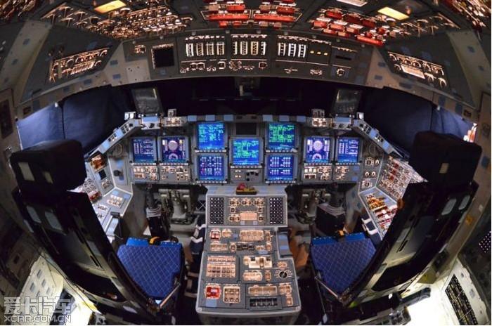 进入航天飞机的驾驶舱