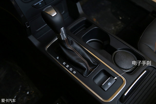 侧面的变化不大,仅体现在全新设计的轮毂。腰线从前至后,依旧是呈上扬的姿态。后排玻璃为隐私玻璃设计。    黑色处理的19寸轮毂应该是新翼虎ST-Line版本最大的点睛之处,不仅尺寸大了一寸,而且配套的轮胎规格也更高,为马牌的运动胎,45的扁平比表明公路或许更适合ST-Line版本的翼虎。  轮毂为全新设计的19寸喷黑轮毂,看起来很运动。轮胎为马牌Contiprocontact,尺寸为235/45 R19,比现款翼虎尺寸更大,扁平比更低,轮胎的成本也更高。 全包围的车门设计,防止裤腿在踏板处蹭脏,很人性的设