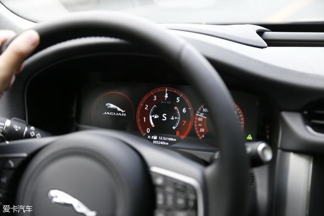 但当你切换到S挡之后,它那迷人高亢的声浪一定会让你深陷其中无法自拔,搭配方向盘后方的换挡拨片和紧绷的运动化底盘,它能够给你的是与其他行政级轿车完全不同的驾驶感受。