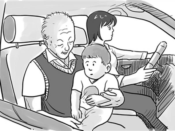 很多长辈都喜欢抱着孩子乘车 作为父母,我们需要做的是平时多给长辈们普及交通安全常识,在出行前提前打好预防针,说明不乘坐安全座椅的危害。这样,长辈们的思想也会逐步改变,就不会出现以上那几种说法了。 抱有侥幸心理 与中国式过马路一样,很多人在儿童乘车方面同样存在严重的侥幸心理。
