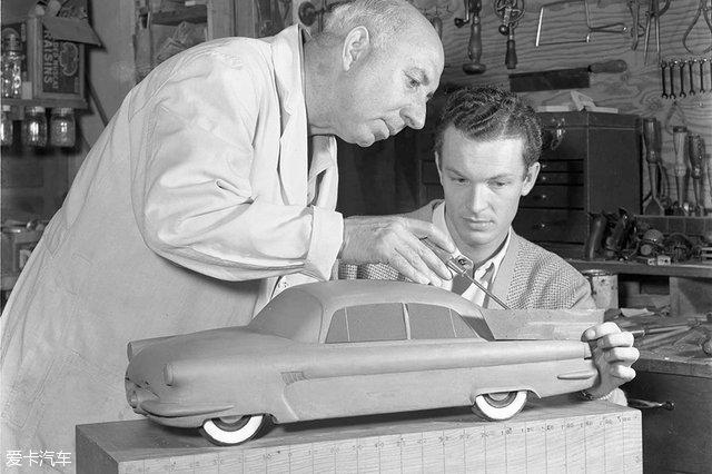 """[爱卡汽车 汽车视觉 原创]   德国人卡尔·本茨发明了汽车,被誉为""""汽车之父"""",而""""汽车设计之父""""却是一位美国人,他就是哈利·厄尔。他是汽车设计师中的天才,曾让通用的50款车型拥有500种配色和内饰设计,同时他也让汽车的尾鳍""""冲上了天际"""",更重要的是,他是第一位专职汽车造型师,并亲手为通用汽车打造了世界上第一个汽车造型设计部门。今天我们就翻开哈利·厄尔的生平档案,探寻他传奇而又精彩的一生"""
