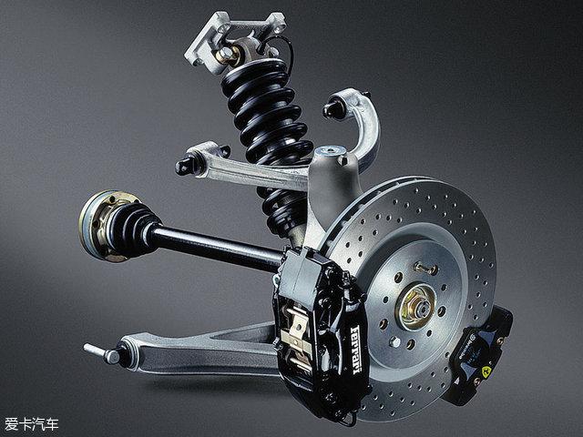 斯巴鲁WRX STI所采用的双横臂悬架。 不过由于双横臂悬架一般会采用硬的铰接件(避免车轮姿态发生大的变化),因此会降低舒适性。 材质 对于现在的汽车而言,全铝车身、碳纤维等高科技技术的应用使得车身轻量化成为了一个趋势,只减轻车身重量而不注意簧下质量最终会影响操控和乘坐的舒适性,经过上面的分析,我们可以看到降低簧下质量的难度,不只是换个轻量化轮毂那么简单的事情,还要跟悬架,车桥等部件相匹配构成一个整体。那么,既然车身有轻量化,簧下质量自然也存在着轻量化的手段,那就是使用更轻的材质。