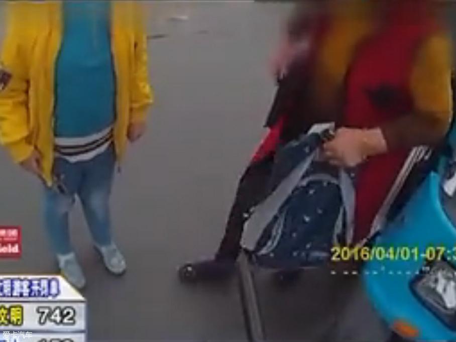 十岁孩童载着奶奶上学